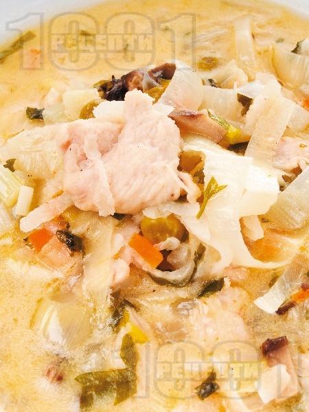 Пиле фрикасе с моркови, репички и праз - снимка на рецептата